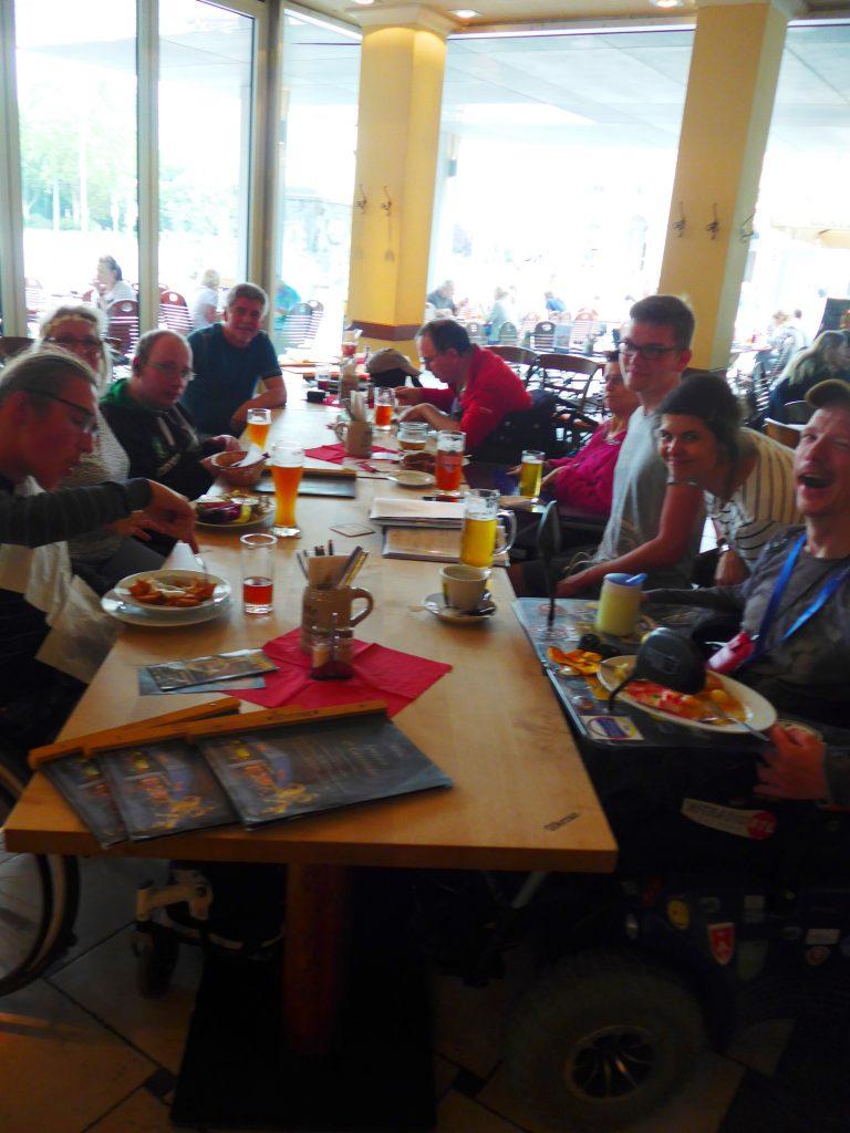 Entspannt bei Speis und Trank im Biergarten zur Treffen der Mitglieder.